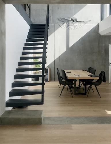 Maison béton : escalier acier