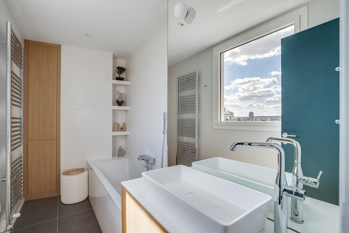 Réaménagement d'un appartement à Paris et création d'un rooftop : salle de bain architecte