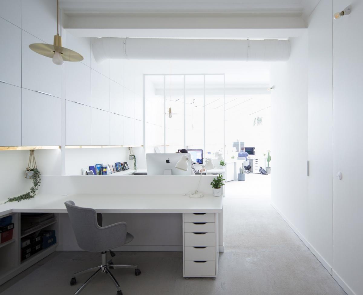 Transformation d'un garage automobile en bureaux : Vue sur les alcoves de bureaux