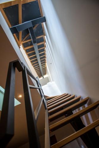 Construction d'un loft : 12 Vue en contre-plongee de l'escalier.jpg