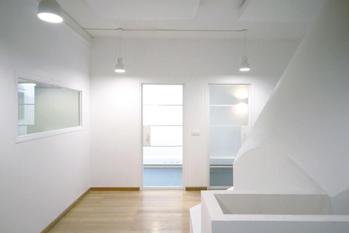 Aménagement d'une école de danse : Espace d'attente avec vue sur les salles