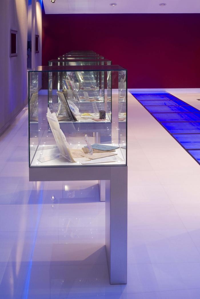 Musée banque Caisse d'Epargne : porte à faux consoles et eclairage fibres optiques
