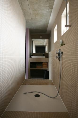 salle de douche en ligne tuyau de lavage le lavabo lextrmit la douche au milieu les toilettes lautre extrmit - Douche Avec Tuyau Apparent