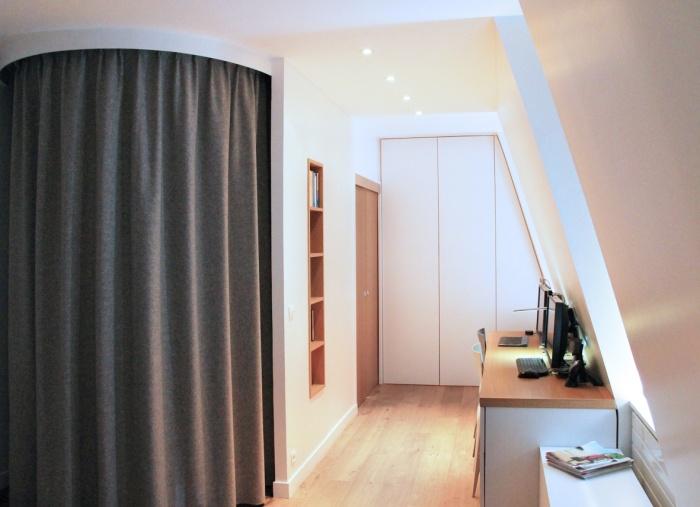 Réaménagement d'une suite parentale sous les toits : coin bureau