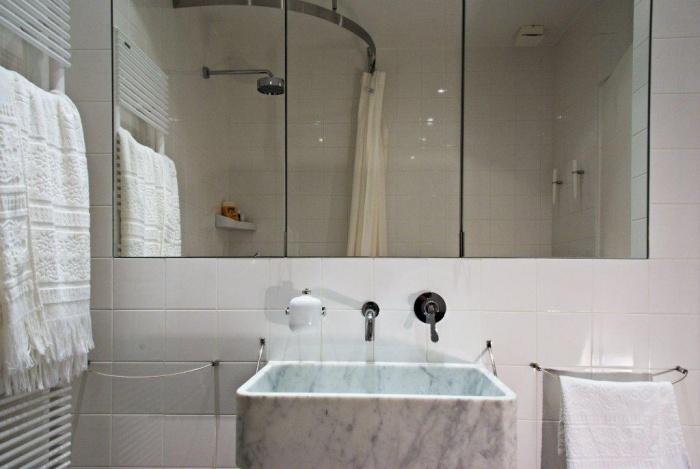 Une salle d'eau minimaliste