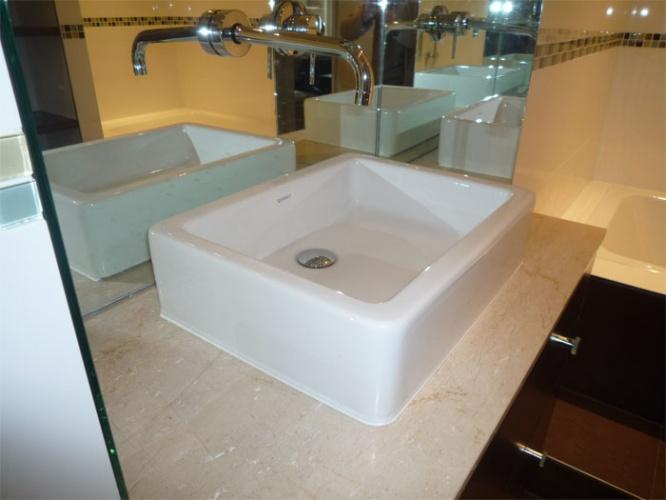 Rénovation d'un appartement rue du Faubourg Saint Honoré : Salle de bain - détail vasque