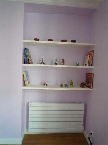 Rénovation d'un appartement rue du Faubourg Saint Honoré : Chambre enfants - détail niche étagères