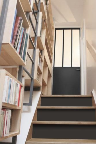 Duplex sous les toits à Montmartre : yemesaunier-duplex-escalier-porte-metallique