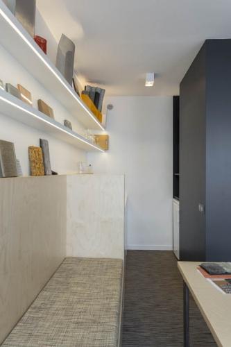 Showroom Adjectif D : Détails de meubles en multiplis bouleau