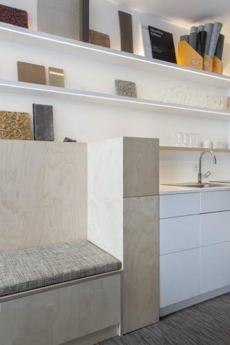 Showroom Adjectif D : Détail de meuble en bouleau